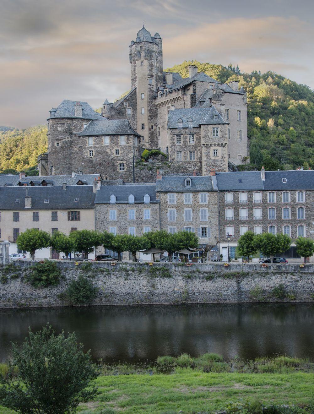 El castillo de Estaing, a las orillas del rio Lot, es propiedad del ex...