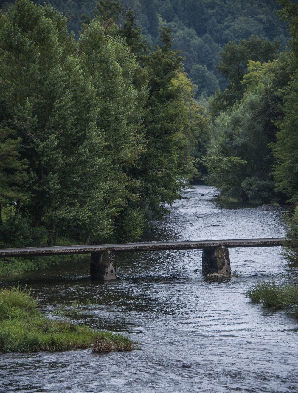 Puente de priedra sobre el río Lot.