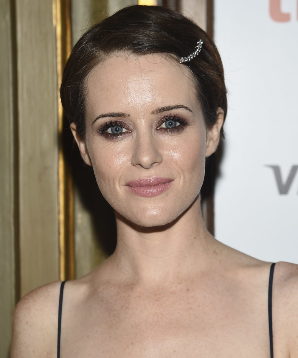 Claire Foy también luce un corte pixie de lo más versátil. Ficha...