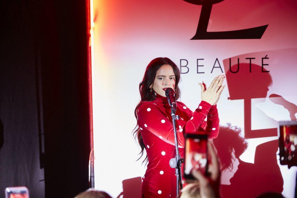 """Rosalía interpretando uno de los temas de su nuevo álbum """"El mal..."""