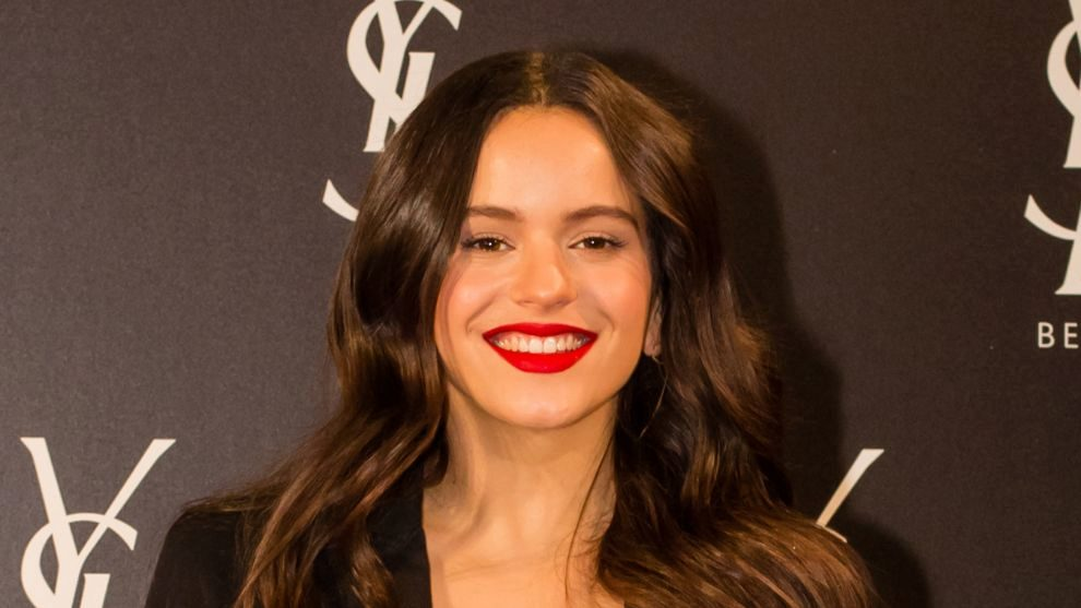 Rosalía con el labial The Slim Rouge Pur Couture en el rojo más...