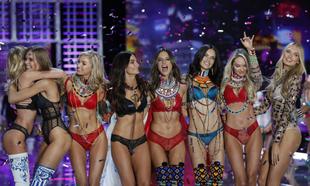 Las modelos de Victoria's Secret, durante el cierre del desfile de...