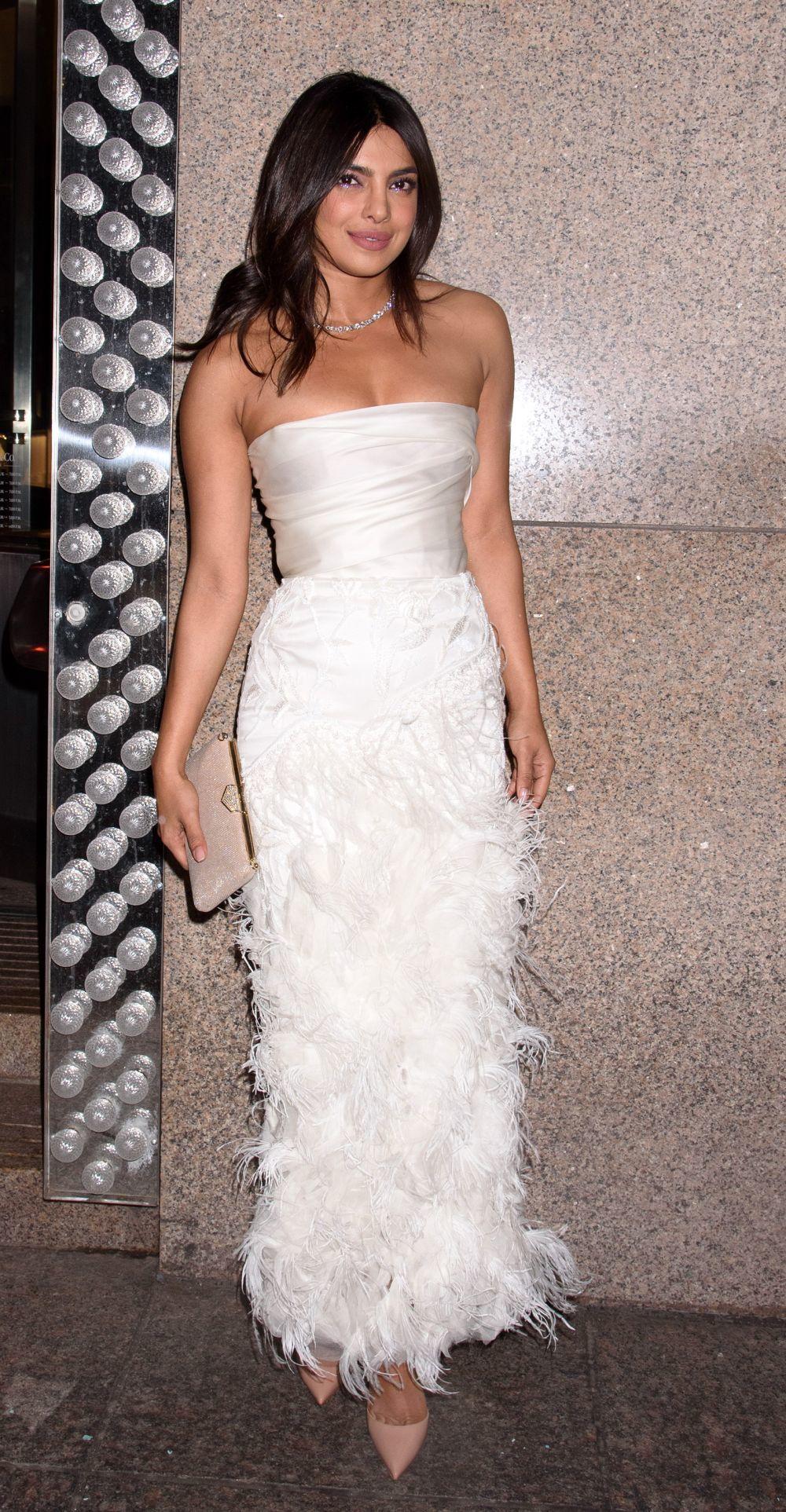 Para la cena, la ex Miss Mundo eligió un bonito diseño de Marchesa...