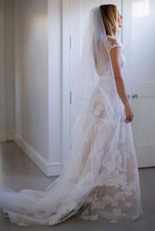 La actriz lució un diseño de gasa con flores bordadas y detalles de...