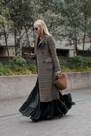 Los abrigos de cuadros son un must de temporada.