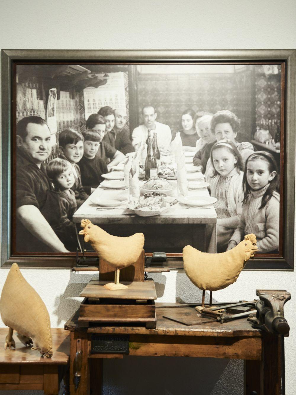 En la foto familiar, realizada en el Bodegón Alejandro, aparecen los...