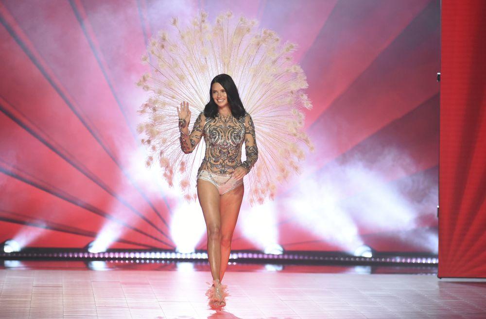 Adriana Lima, de 37 años, se despidió de las alas de ángel con este...