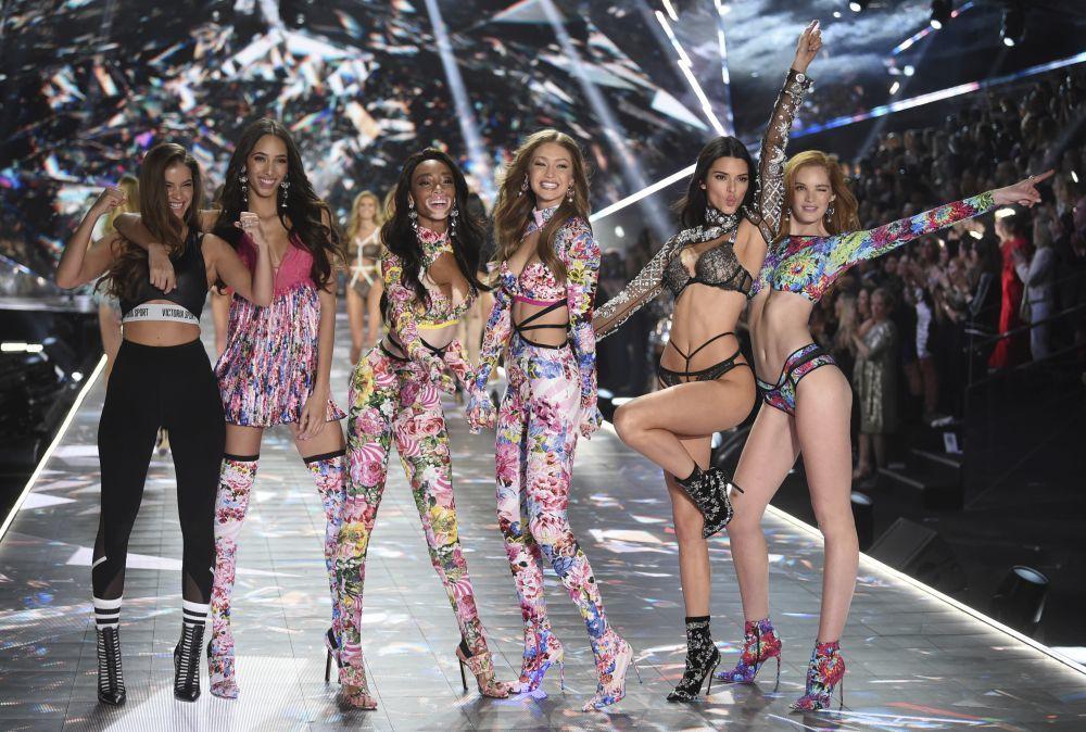 El desfile de Victorias Secret volvió a ser una fiesta, de derecha a...
