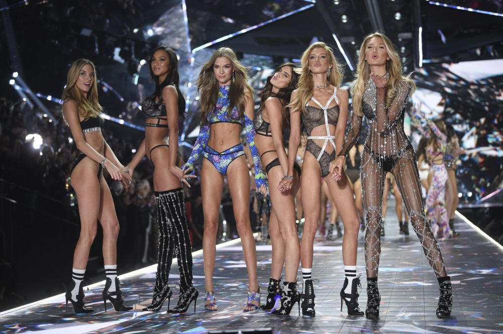 Modelos sobre la pasarela del desfile Victoria's Secret 2018