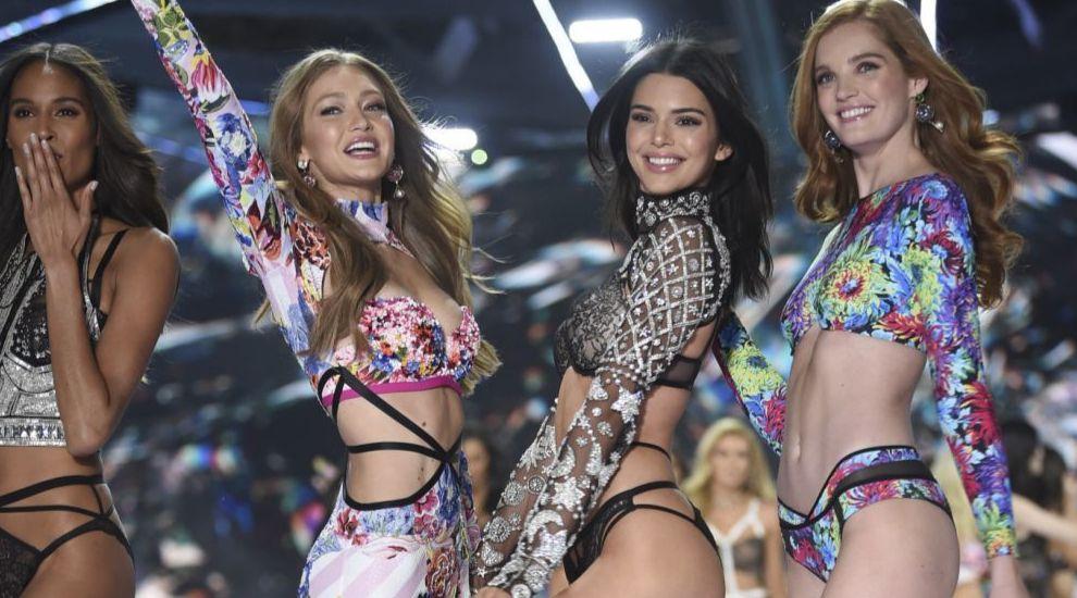 Gigi Hadid, Kendall Jenner y Alexina Graham en el desfile Victoria's...