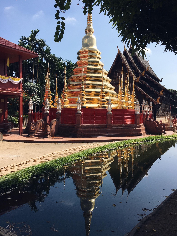 El templo de teca de Wat Phan Tao.