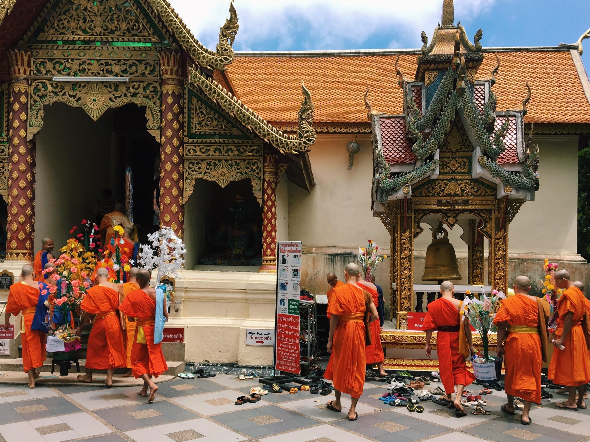 La ofrenda floral de los monjes en el templo de Wat Phra That Doi...