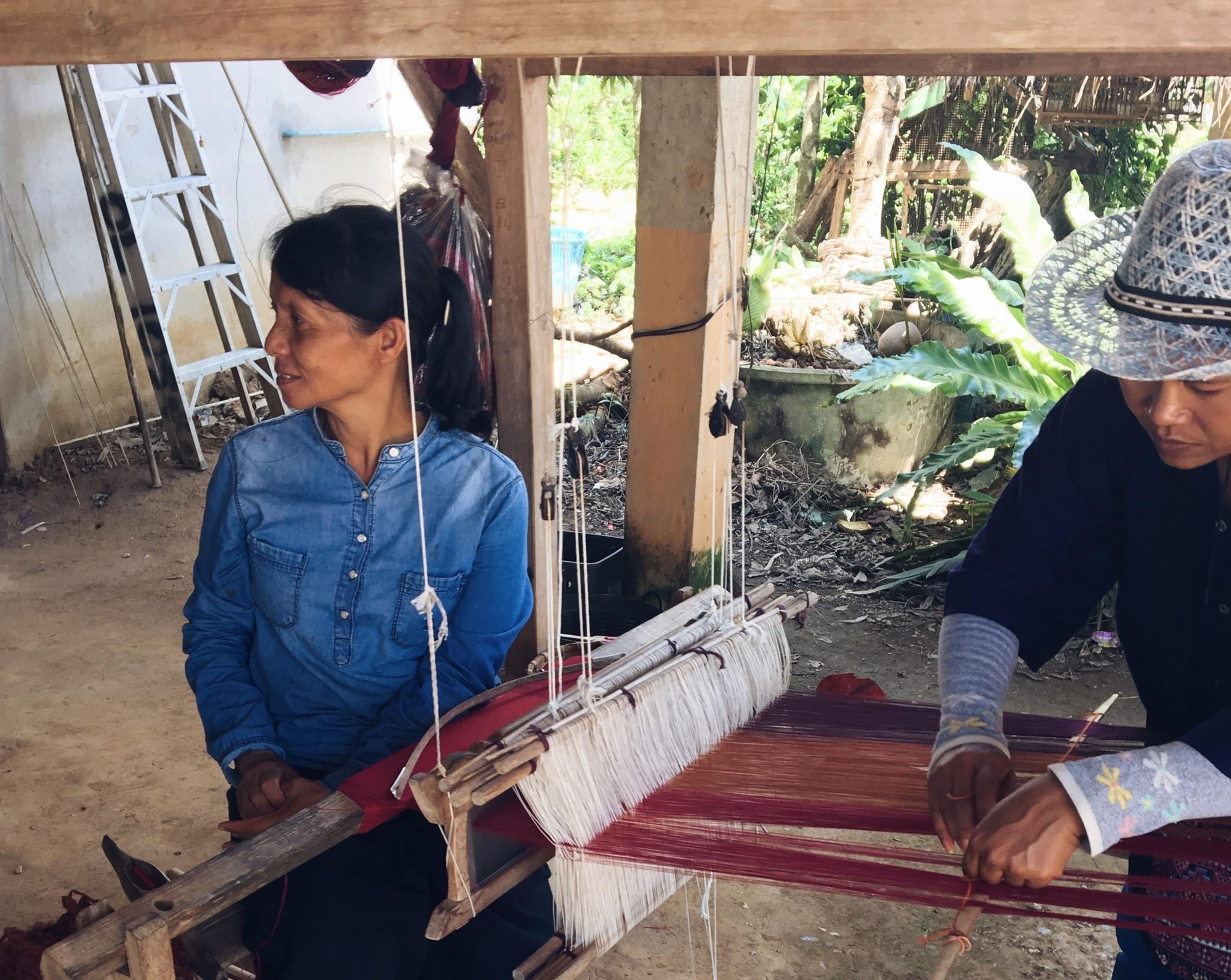 Las mujeres de Ban Na To Chan sustentan a la comunidad con su trabajo...