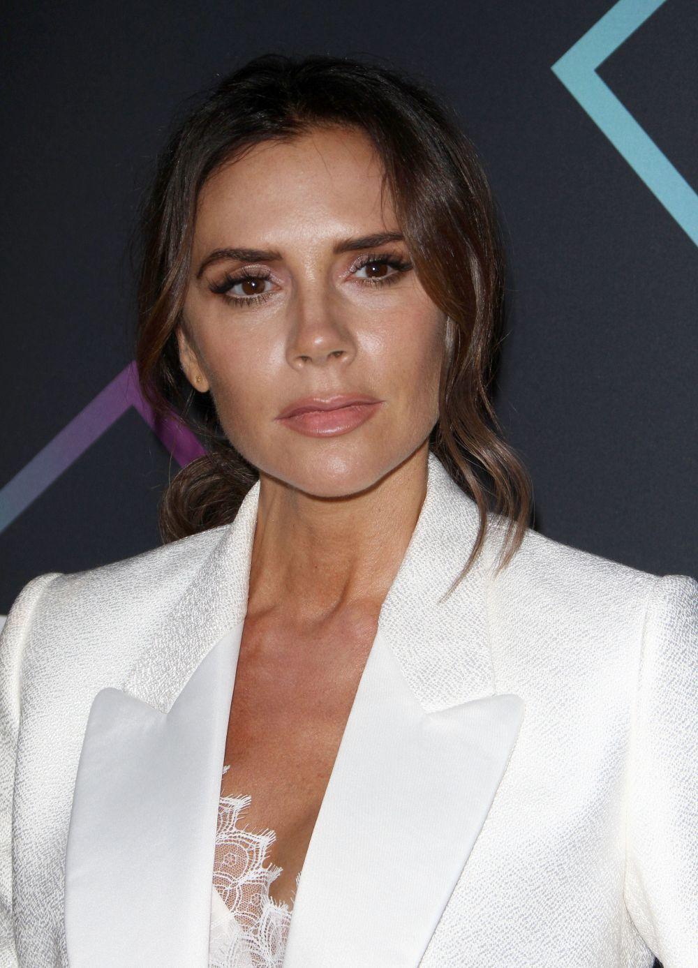 Victoria Beckham con ojos enmarcados por eyeliner marrón y lápiz de...
