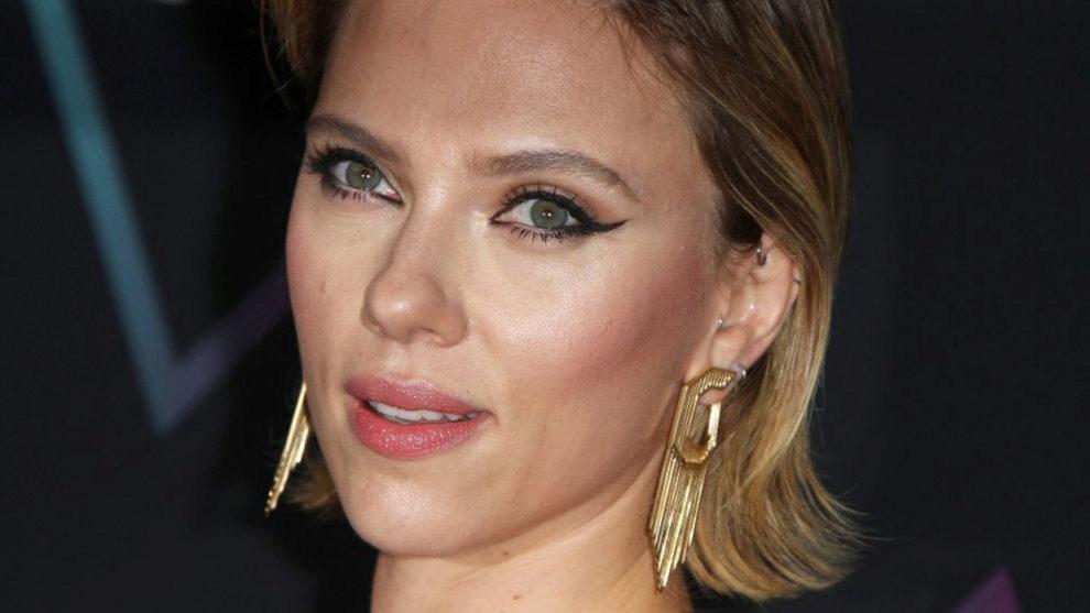 Scarlett Johansson con rabillo infinito en el párpado móvil y lápiz...