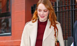 Emma Stone en Nueva York con maxi abrigo.
