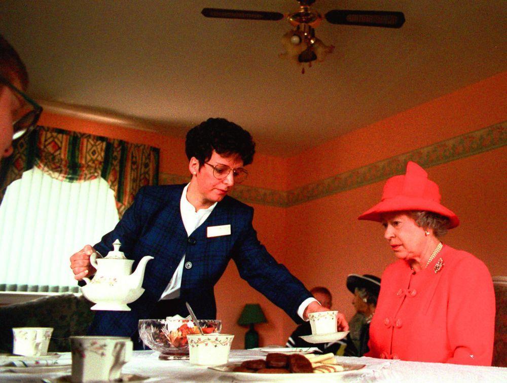 La reina Isabel II disfrutando en 1999 de un té con leche en Glasgow...