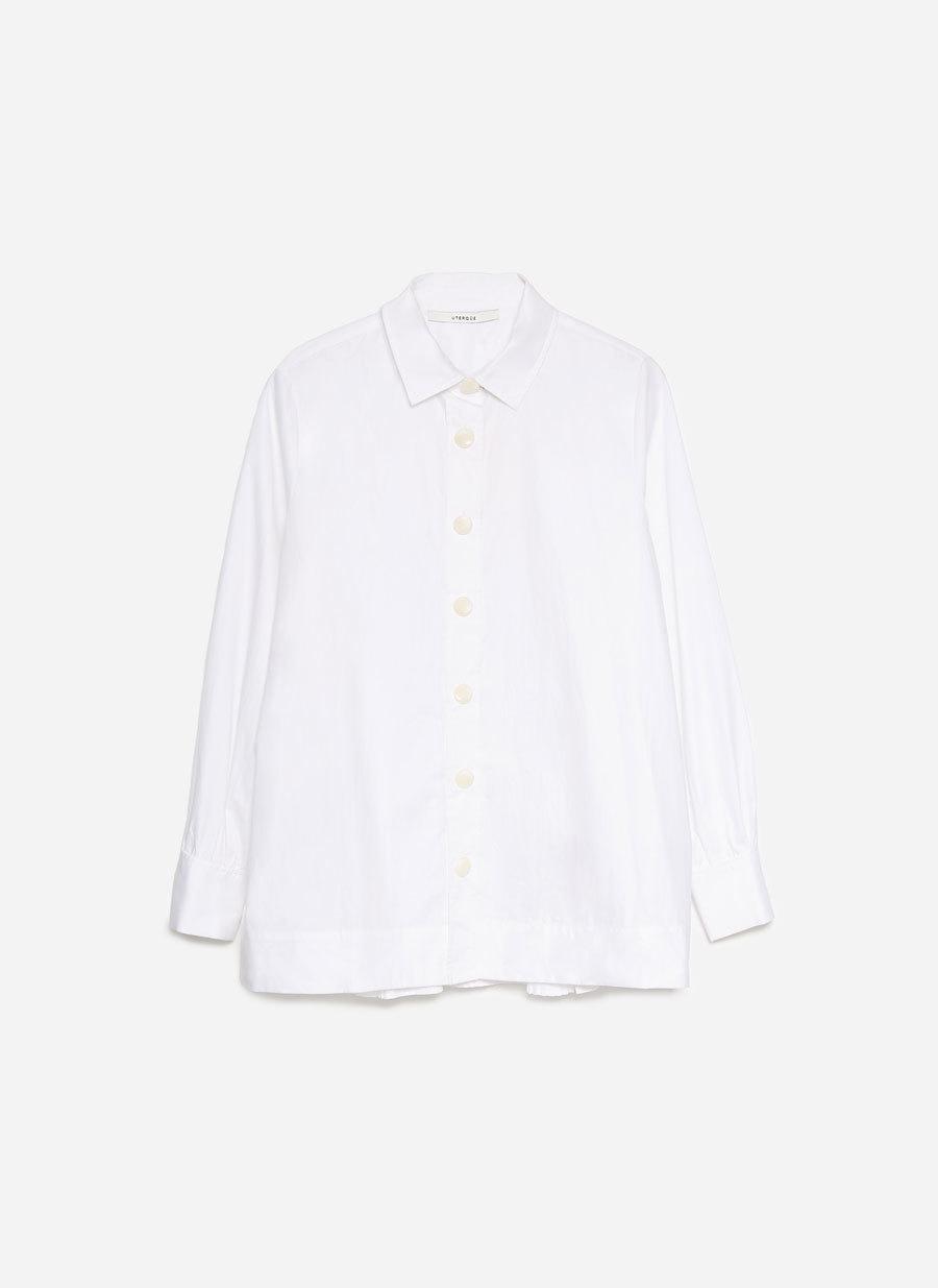 Camisa blanca plisada.