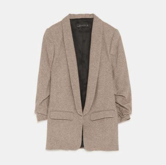 Blazer espiga en tono tostado claro de Zara. (59,95 euros)