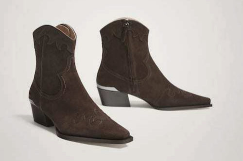 Botín cowboy serraje en marrón de Massimo Dutti. (129,00 euros)