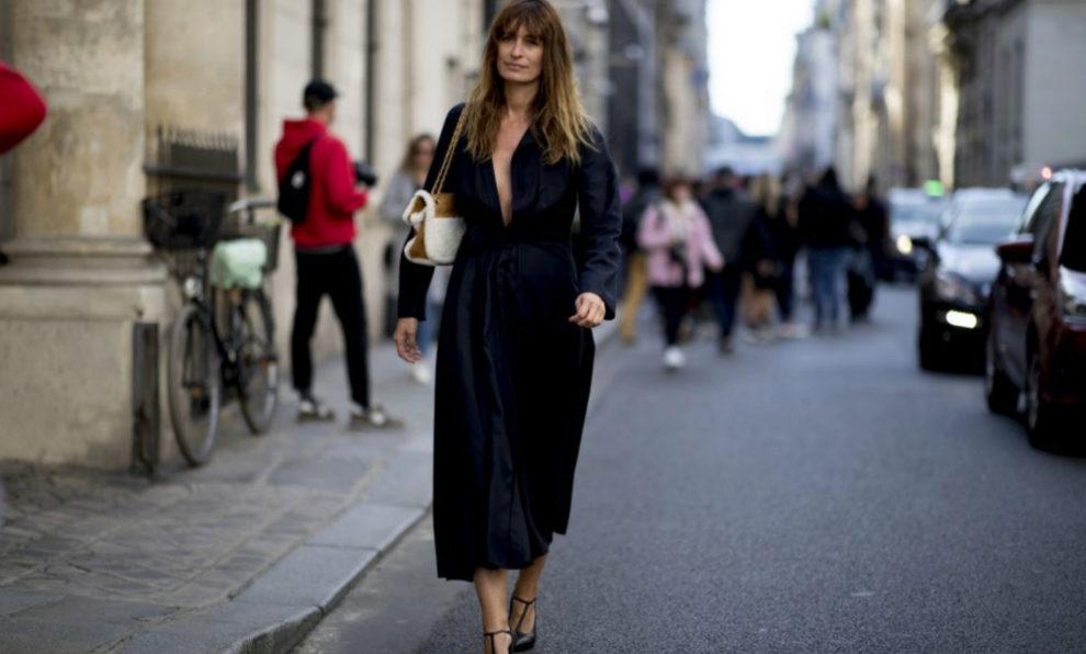 Caroline de Maigret con un vestido negro.