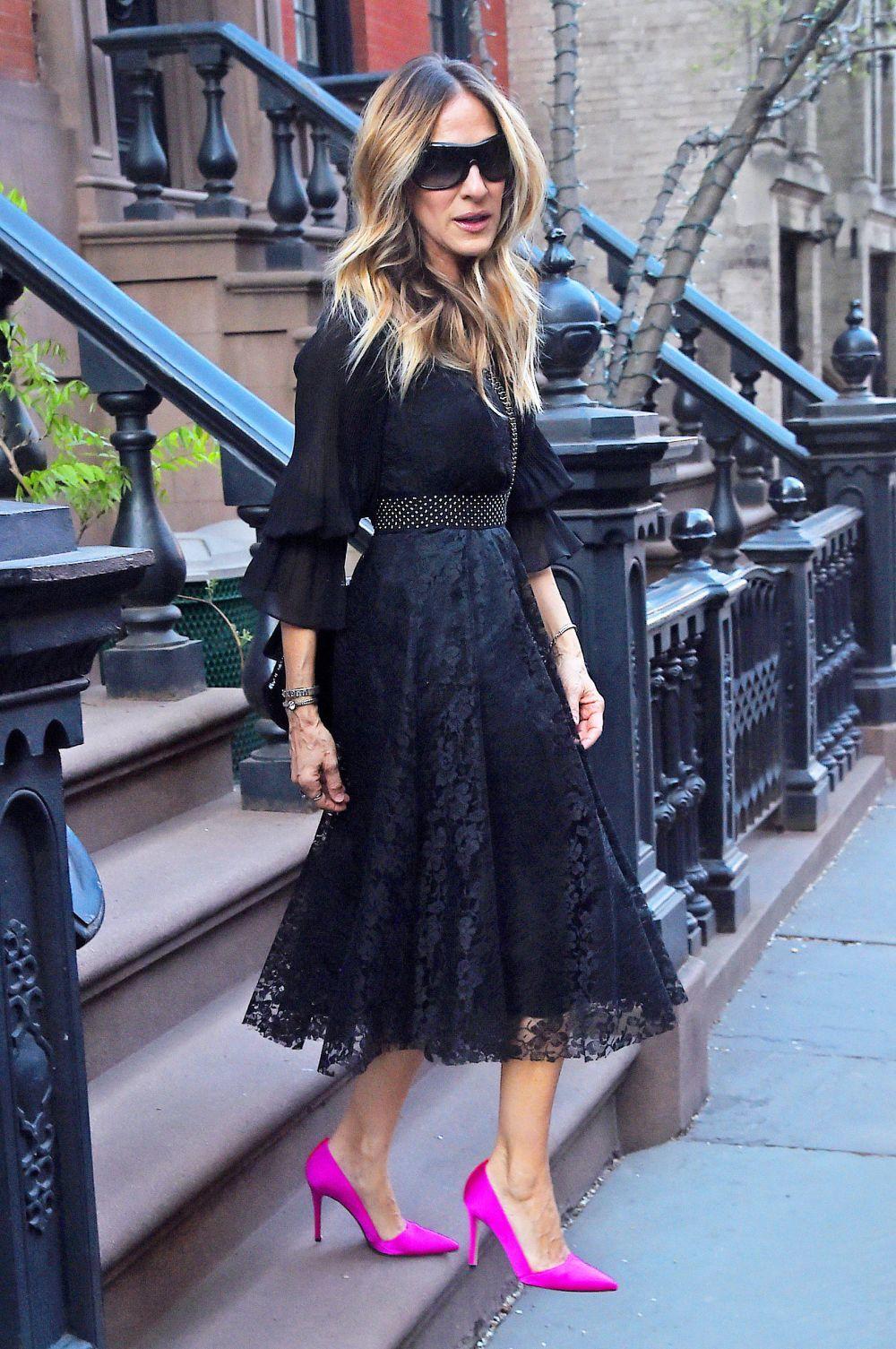 Sarah Jessica Parker combina sus vestidos con salones de colores.