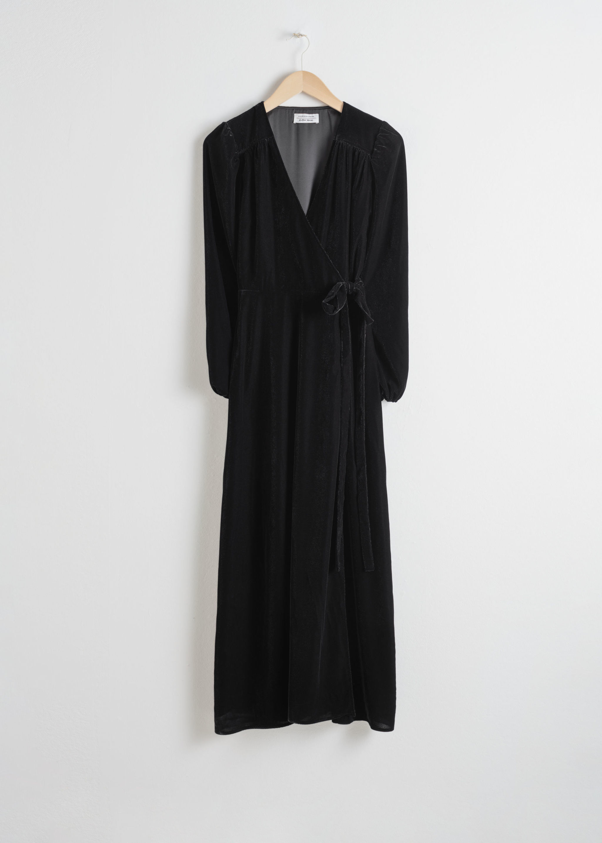 Vestido negro de & Other Stories (99 euros).