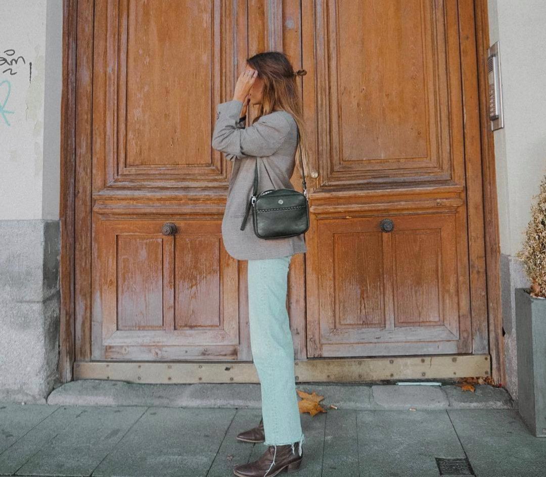 En los looks de Grace Villareal no pueden faltar unos buenos mom jeans