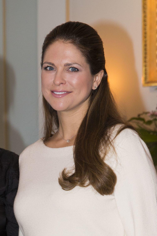 Magdalena de Suecia, con un pelo castaño que le pone años encima.