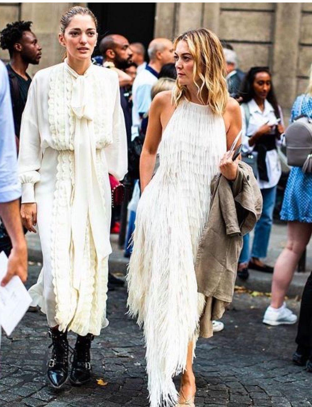 Con un vestido de flecos de Zara en la PFW.