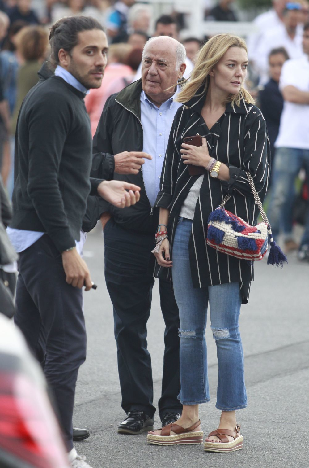 Con su padre, Amancio Ortega, y su prometido.