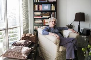 La poeta Ida Vitale en su casa de Montevideo.