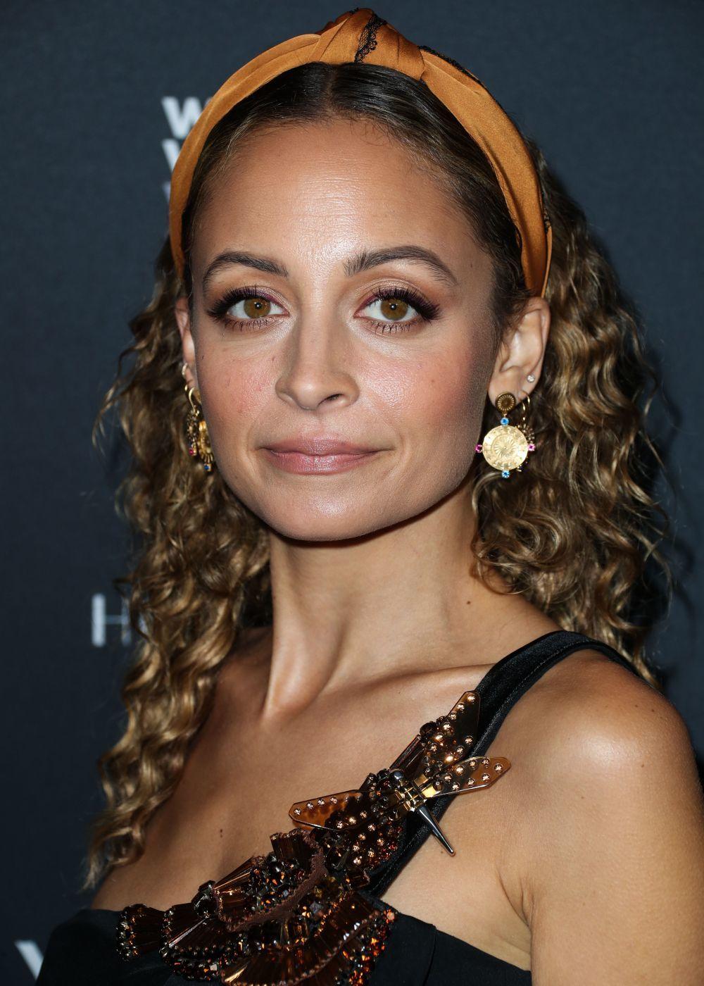 Nicole Richie luciendo una bandana diadema en color cobre de raso y...