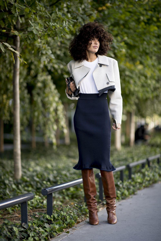 Combinar las faldas midi con botas altas es uno de los mejores trucos...