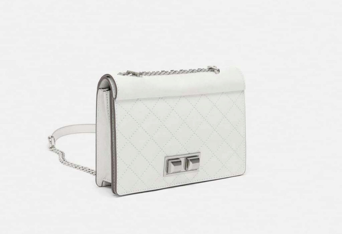 Bolso estilo bandolera blanco, de Zara (49,95 euros).