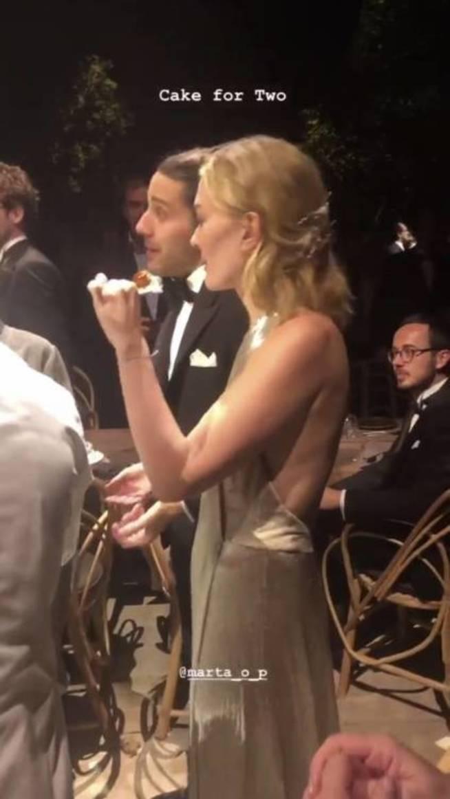 Marta Ortega degustando la tarta.