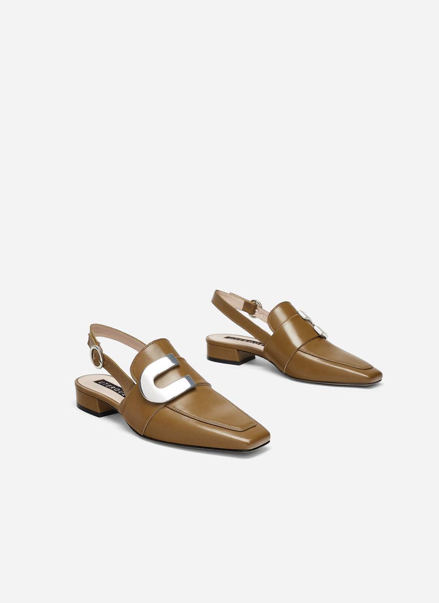 Zapato destalonado con hebilla.