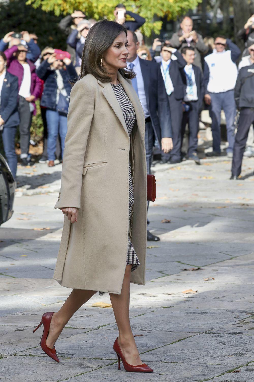 Letizia completó el look con un abrigo en color camel.