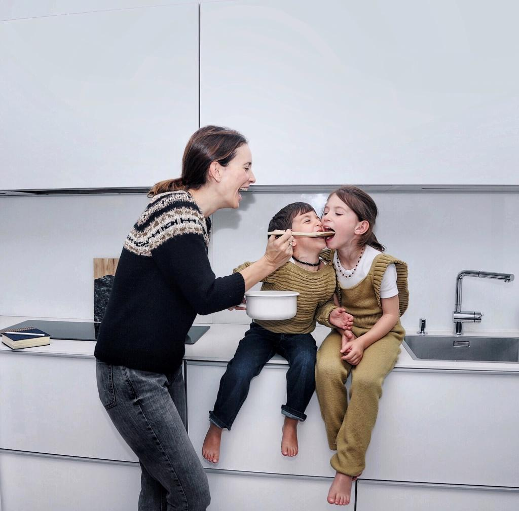 Milena Jevremovitch en la cocina junto a sus hijos.
