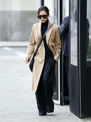 Victoria Beckham con un abrigo camel.
