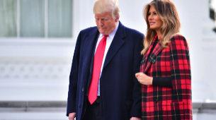 Melania Trump junto a su esposo minutos antes de la llegada del árbol...