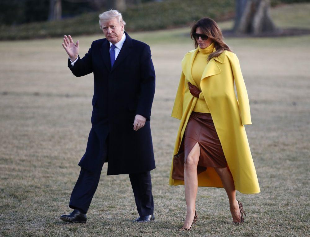 Melania Trump con un abrigo de Ralph Lauren amarillo.