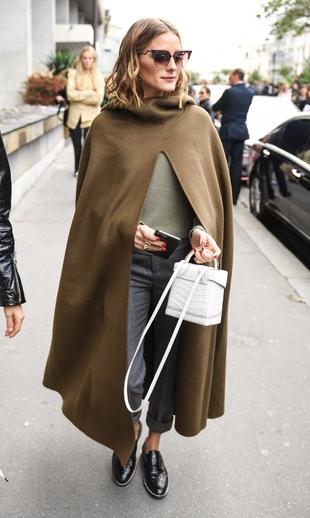 Olivia Palermo con una capa en color caqui.