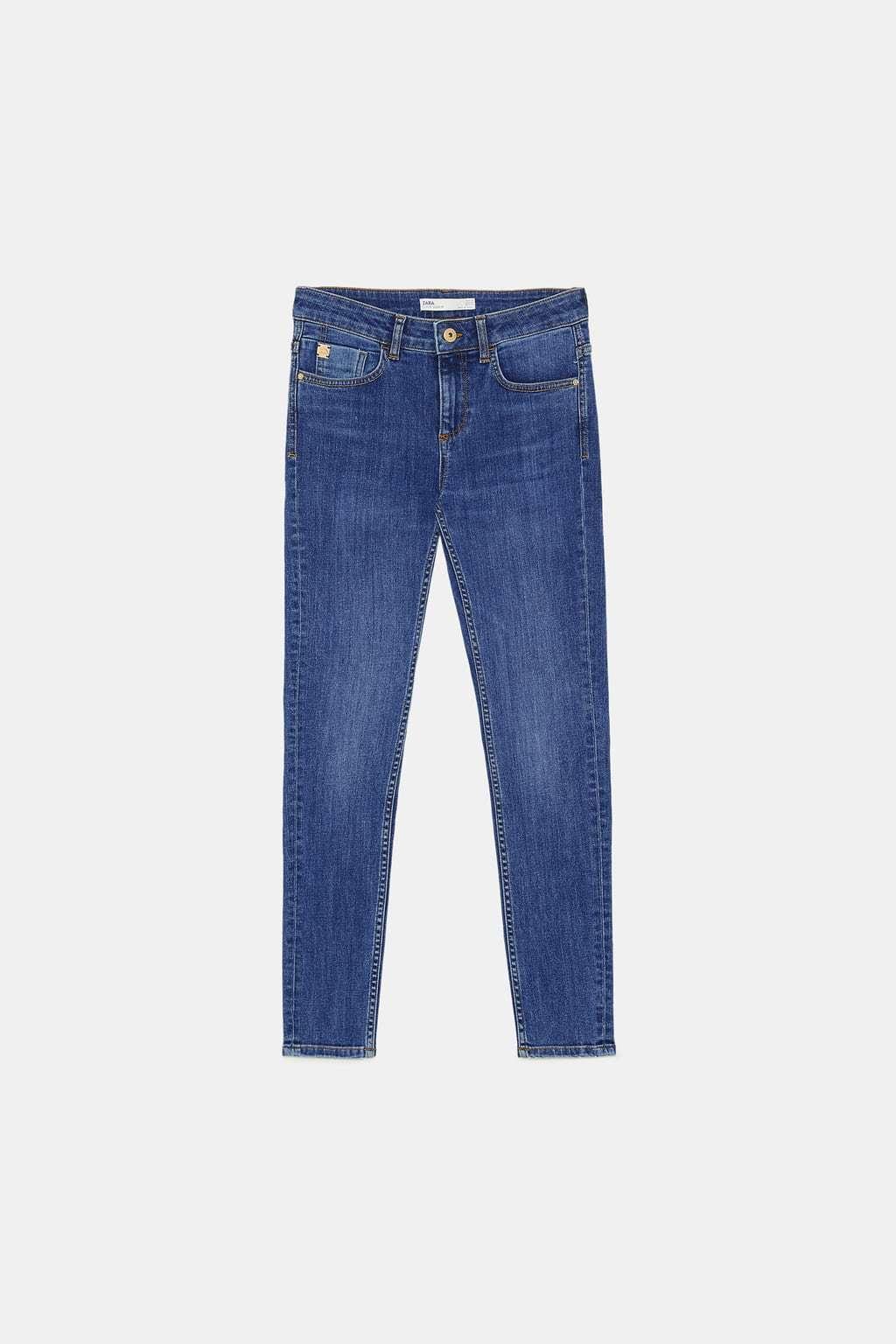 Pantalones vaqueros pitillo, de Zara (25,95 euros).