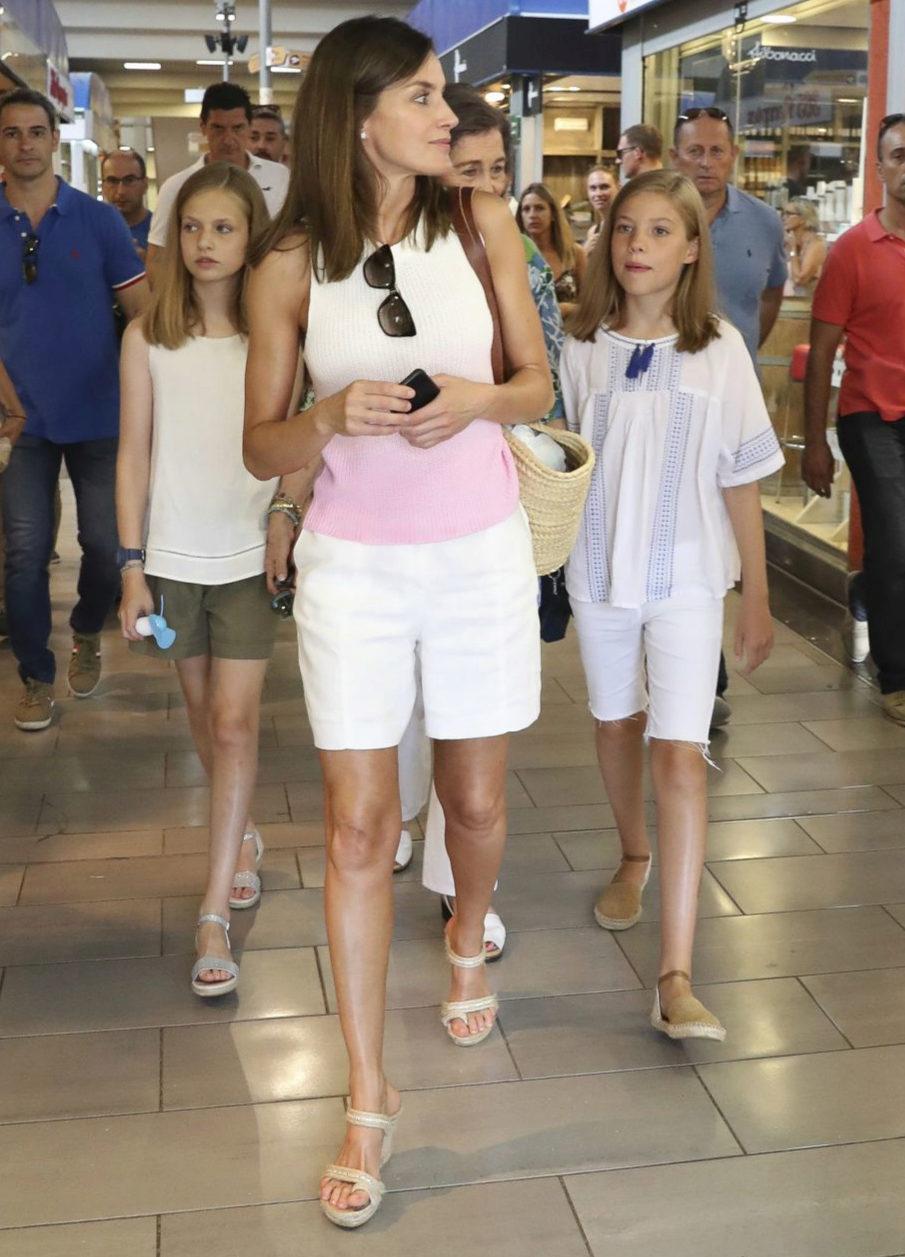 La reina Letizia con sus hijas luciendo sandalias de De Cos.