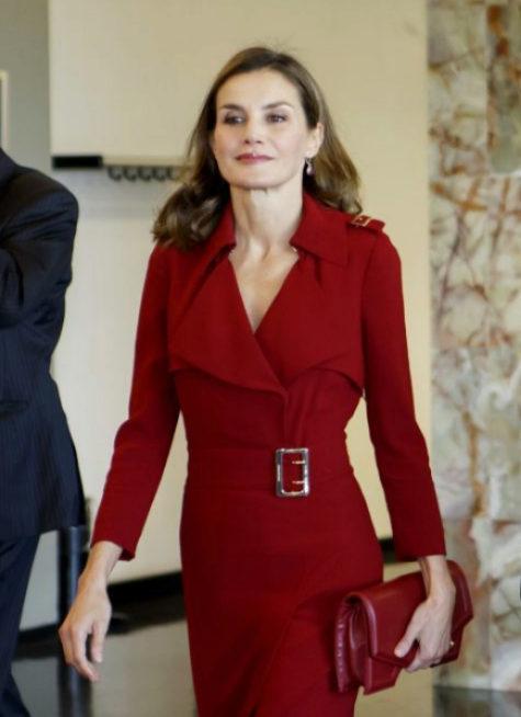 Doña Letizia con un bolso rojo de Reliquiae durante una de sus...