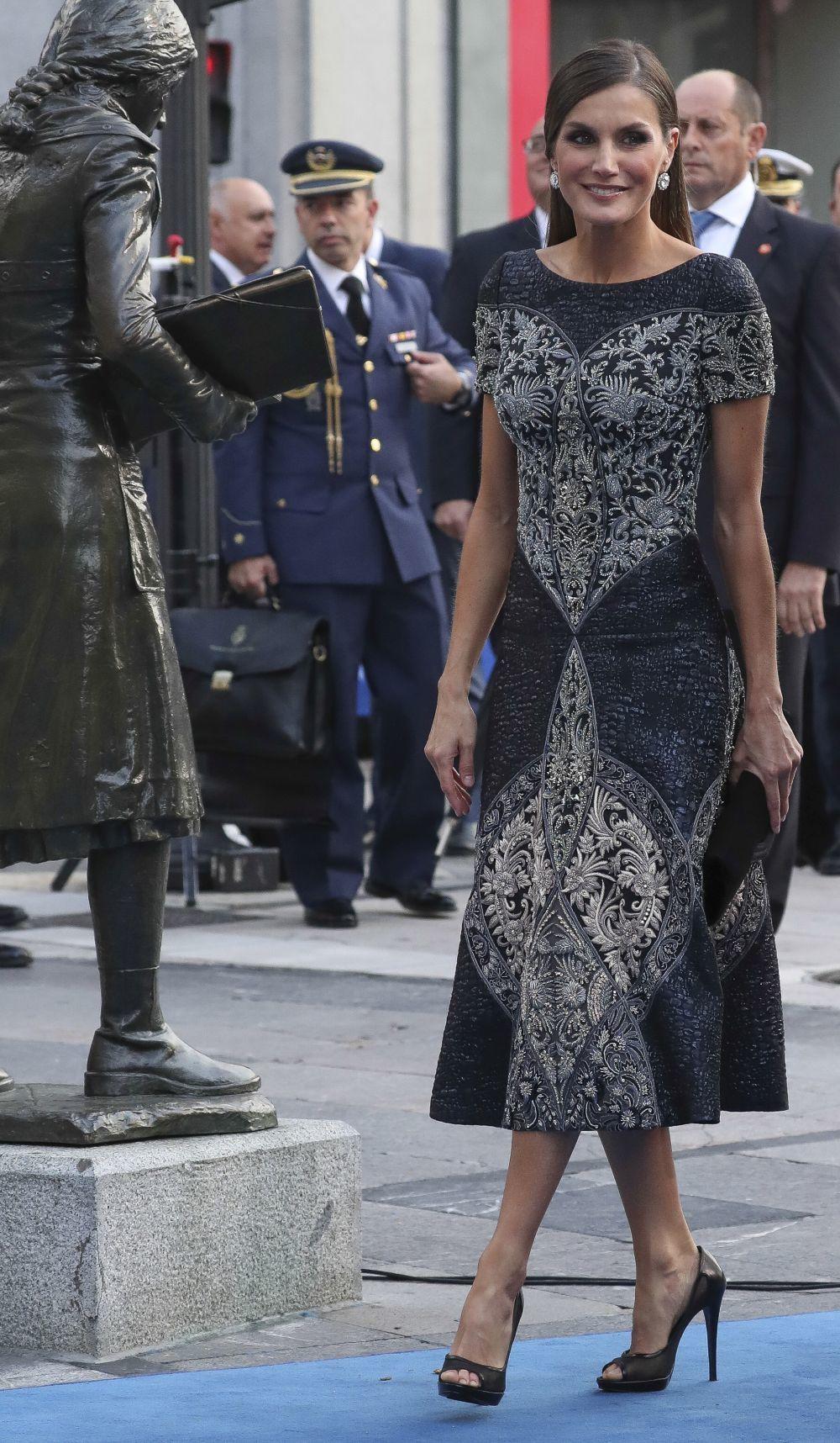 El diseñador madrileño sigue siendo el favorito de la reina para una...