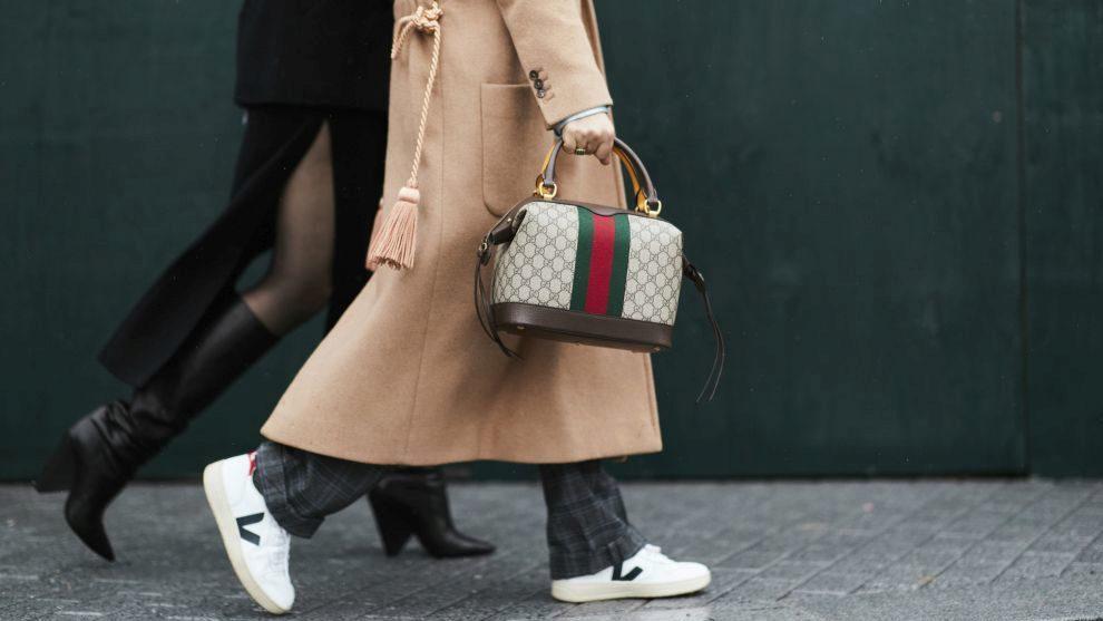Rompe las reglas: Deportivas Veja con un bolso de Gucci