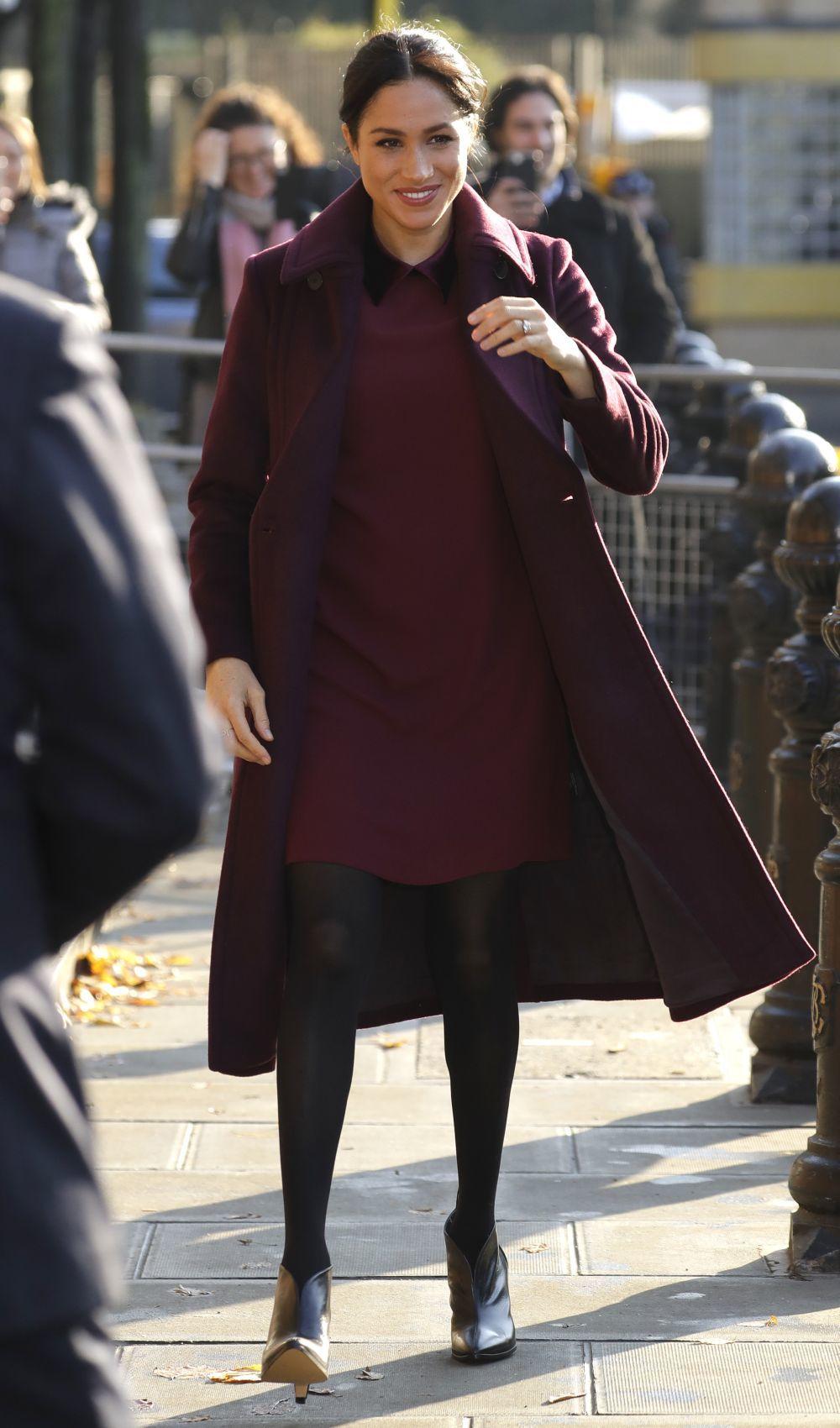 Meghan Markle con vestido granate de Club Monaco y abrigo a tono.