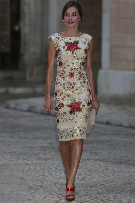 Uno de los looks más celebrados de la reina fue este vestido creado...